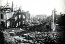 L'hôtel de ville de Chartres après le bombardement du 26 mai 1944.